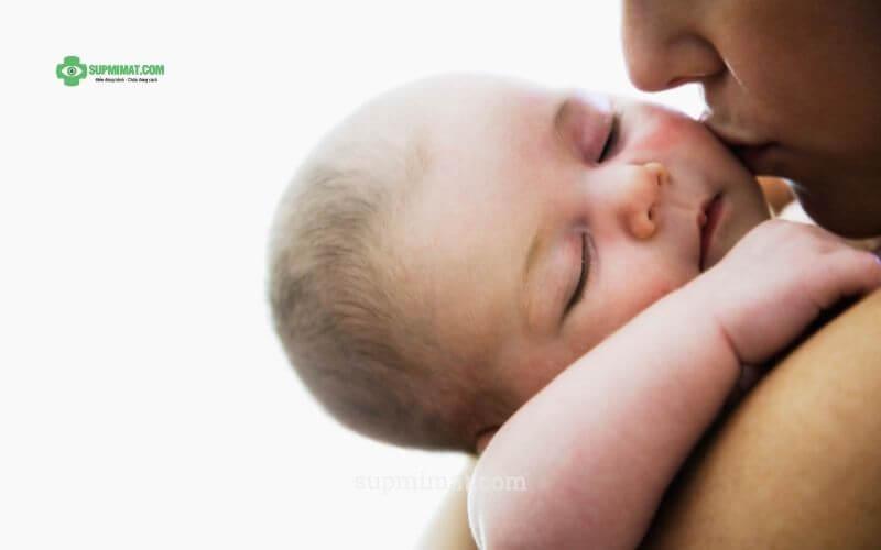 Sụp mí mắt ở trẻ sơ sinh
